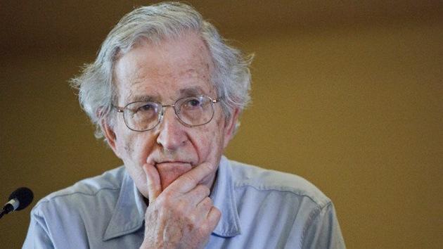 Noam Chomsky: El trabajo académico, el asalto neoliberal a las universidades y cómo debería ser la educación