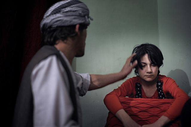 Los abusos sexuales y la violación de niños Los Bacha Bazi, un símbolo de poder y estatus en Afganistán